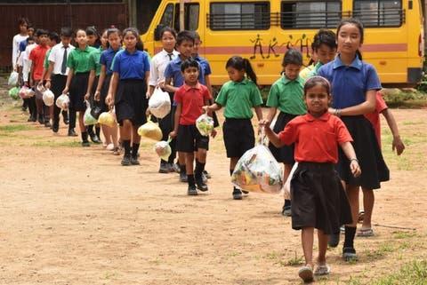 Alumnos pagan la colegiatura llevando su basura a clases en esta escuela en  la India