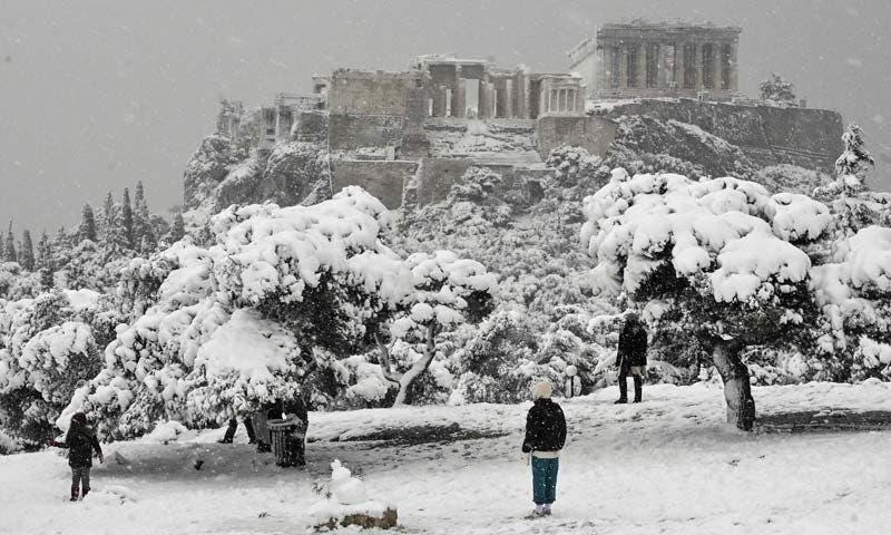 Rara e impresionante nevada en Atenas, Grecia