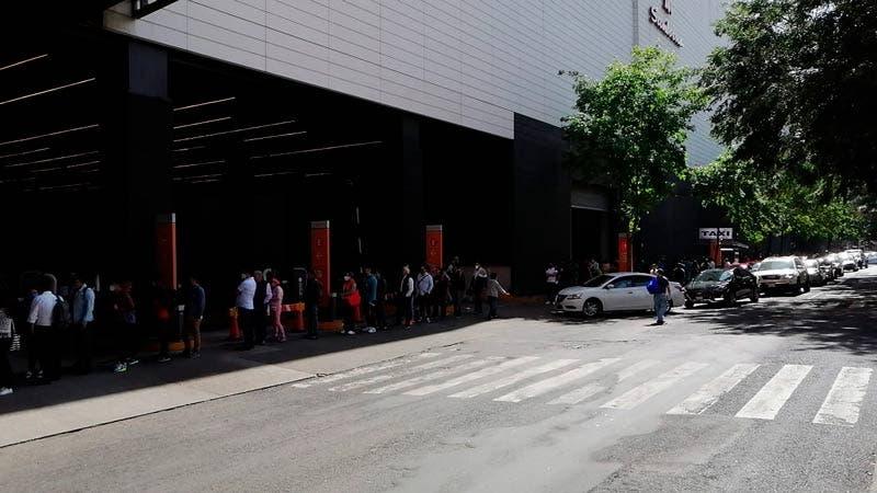 Cientos de personas hacen fila para entrar a Plaza Delta, en plena emergencia por la covid-19