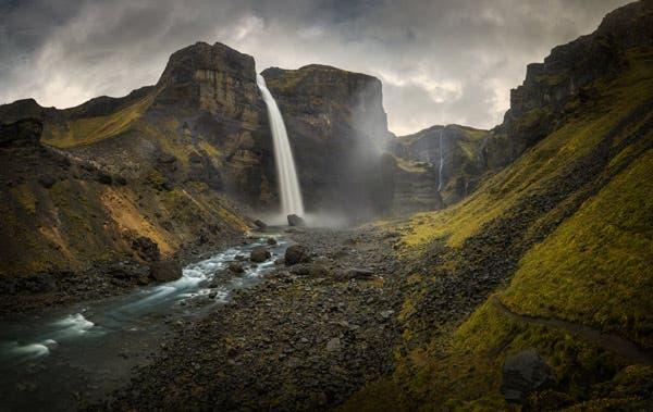 Camino al pie de las cataratas de Haifoss, Islandia