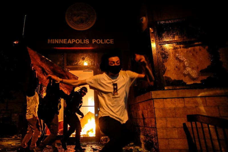 Los manifestantes incendiaron la entrada de una comisaría de policía. Los oficiales observaron desde dos cuadras de distancia pero no intervinieron. Los bomberos intentaron apagar otros incendios pero no se acercaron a la comisaría (Carlos Barría/Reuters)
