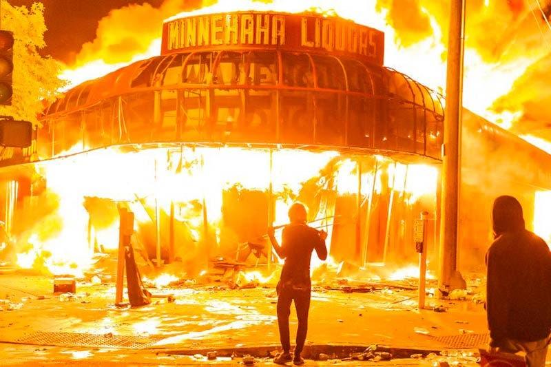 Los manifestantes incendiaron una tienda el jueves 28 de mayo de 2020, durante el tercer día de protestas por la muerte de George Floyd en Minneapolis (Jordan Strowder/Agencia Anadolu/Getty Images)