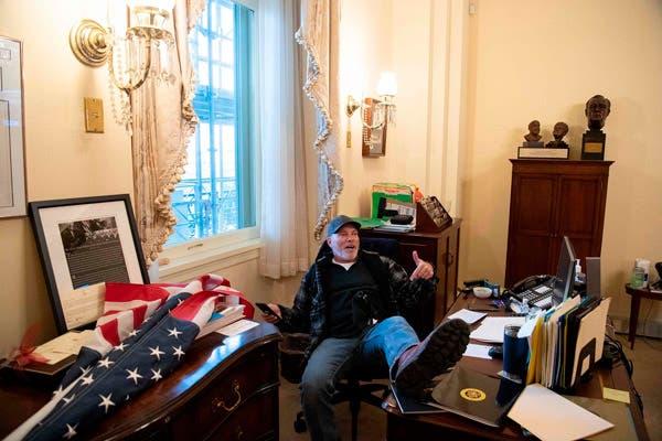 Simpatizante de Trump en la oficina de Nancy Pelosi, vocera de la Cámara de Representantes / Imagen: Saul Loeb