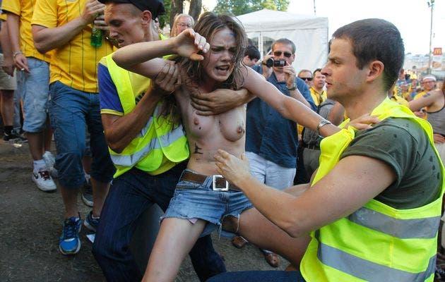 Activista De Femen Se Desnuda Contra El Turismo Sexual En La Euro