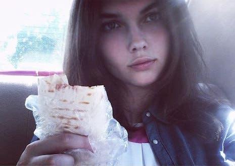 Chicas Lindas Comiendo Kebab La Nueva Moda Rusa En Las