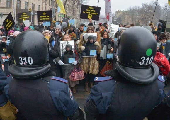 Ukraine-police-protest-crowd-e1388874733685